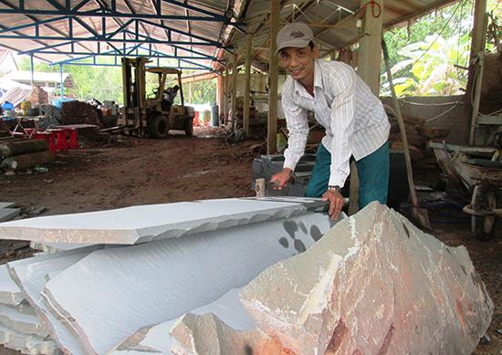 Nhiều lao động có việc làm thường xuyên tại cơ sở sản xuất đá sa thạch của HTX Duy Phú. Ảnh: T.P