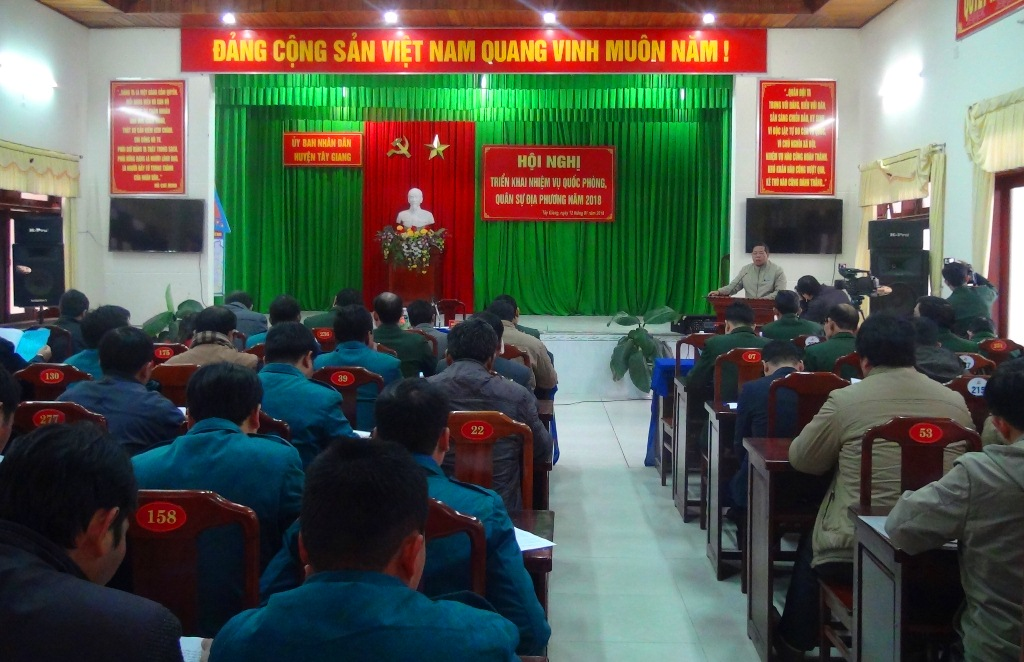 Chủ tịch UBND huyện Tây Giang Bh ling Mia chủ trì hội nghị. Ảnh: Đ.N