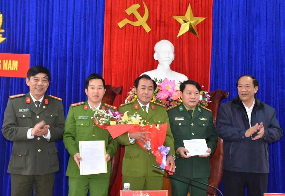 Đồng chí Đinh Văn Thu, Chủ tịch UBND tỉnh tặng hoa chúc mừng, thưởng nóng Ban chuyên án PC47 và các đơn vị liên quan.