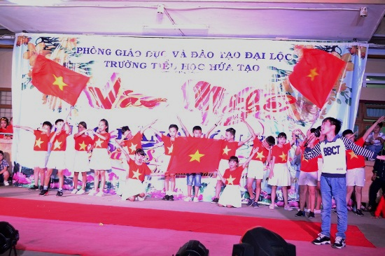 Một tiết mục thể hiện niềm tự hào là người Việt Nam do các em học sinh biểu diễn. Ảnh: KK