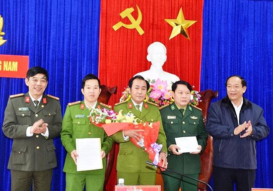 Chủ tịch UBND tỉnh Đinh Văn Thu và lãnh đạo Công an tỉnh trao thưởng nóng cho ban chuyên án phòng PC47. Ảnh: P.N