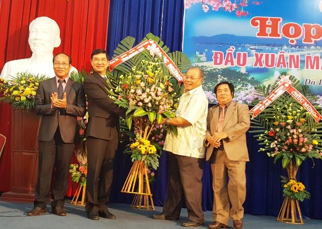 Bí thư Tỉnh ủy Quảng Nam - Nguyễn Ngọc Quang phát biểu và trao tặng lẵng hoa tại lễ gặp mặt đầu năm. Ảnh: TRIÊU NHAN