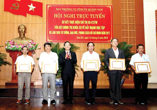 Trưởng ban Tuyên giáo Tỉnh ủy Nguyễn Chín tặng Giấy khen cho các tập thể có thành tích xuất sắc trong việc tuyên truyền về thực hiện Chỉ thị 05 của Bộ Chính trị.  Ảnh: Thành Công
