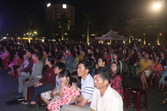 Đông đảo khán giả thành phố đón xem hội diễn quần chúng do Liên đoàn Lao động TP. Tam Kỳ tổ chức. Ảnh: D.L