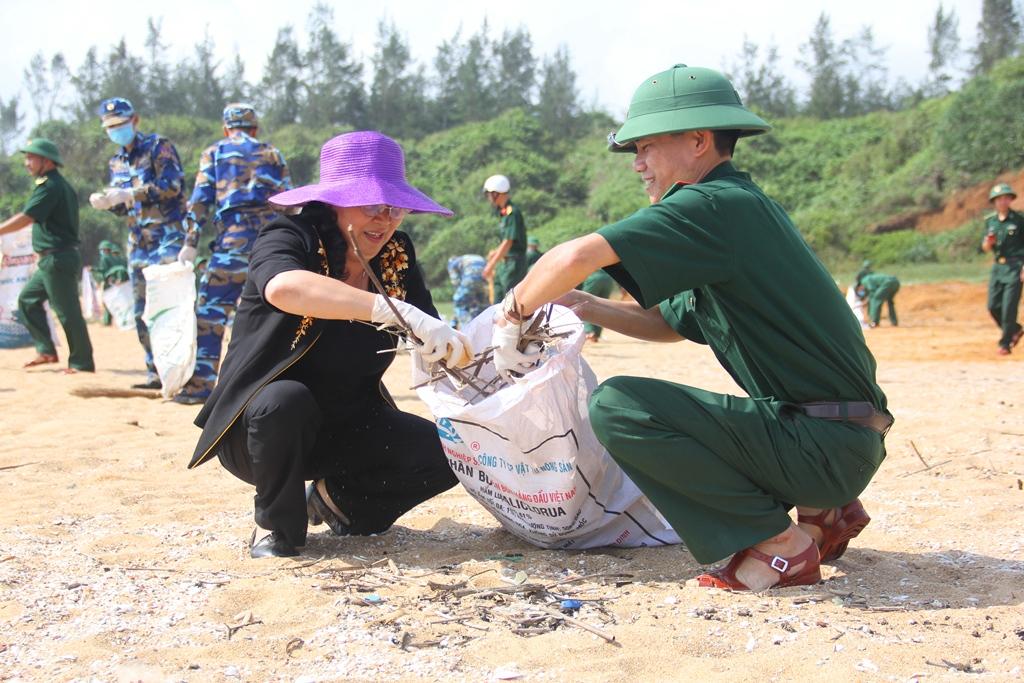 Gần 300m bãi biển được dọn sạch rác bẩn, góp phần đem lại môi trường xanh cho điểm du lịch sinh thái biển của Núi Thành. Ảnh: A.N