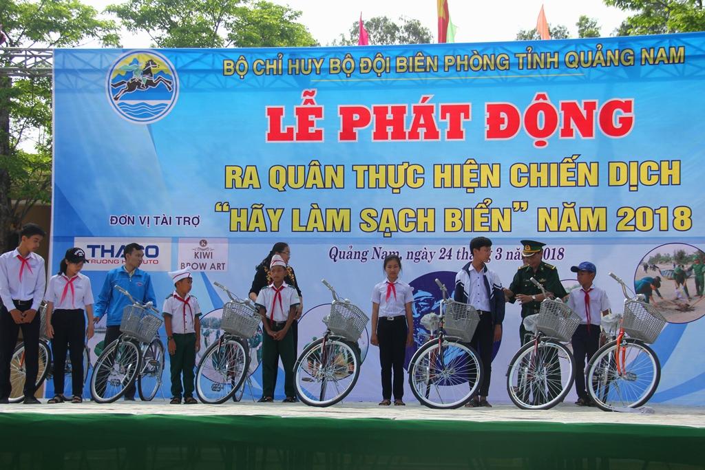 BĐBP tỉnh trao 7 chiếc xe đạp cho các em học sinh khó khăn trên địa bàn xã Tam Quang trong buổi ra quân chiến dịch. Ảnh: A.N