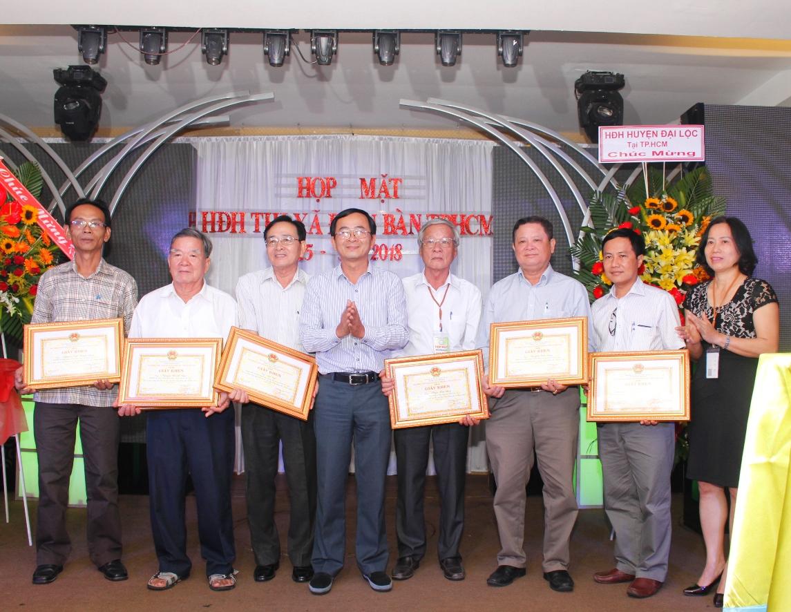UBND Thị xã Điện Bàn trao tặng giấy khen cho các cá nhân trong Ban chấp hành có những đóng góp xây dựng Hội đồng hương Điện Bàn trong năm 2017.