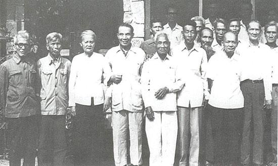 Các đồng chí đảng viên từ những năm 1930 chụp ảnh lưu niệm trong dịp tọa đàm kỷ niệm 50 năm thành lập Đảng bộ tỉnh Quảng Nam (28.3.1930-28.3.1980). Ảnh tư liệu