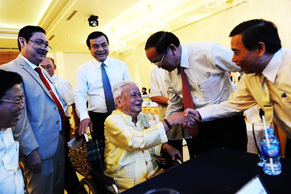 Lãnh đạo tỉnh chúc mừng nguyên Thiếu tướng Hoàng Kim, 90 tuổi, người Duy Xuyên, nguyên Chủ tịch Hội đồng hương Quảng Nam tại PT.Hồ Chí Minh. Ảnh: MINH HẢI