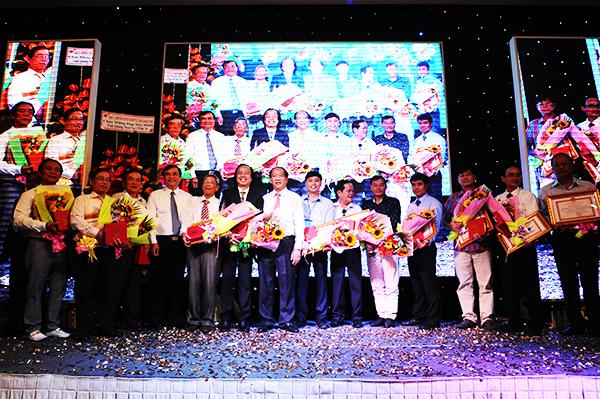 Tặng bằng khen của UBND tỉnh cho những doanh nhân tiêu biểu Quảng Nam tại TP.Hồ Chí Minh đã có những đóng góp thúc đẩy sự phát triển quê hương: MINH HẢI