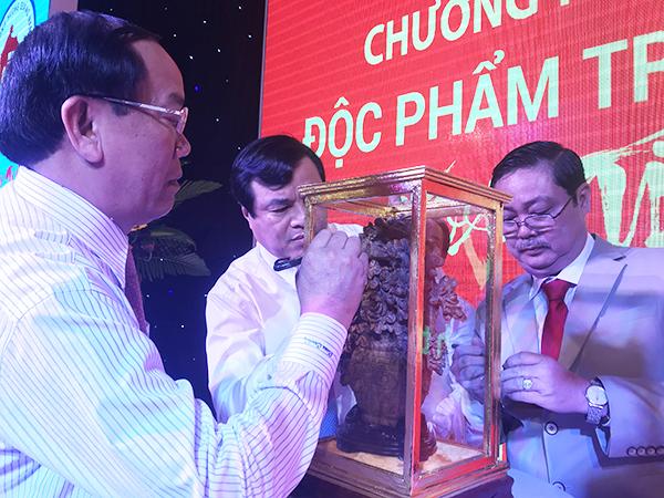 Trao tặng trầm hương đấu giá ủng xây nhà tình nghĩa cho người nghèo tại quê nhà: MINH HẢI