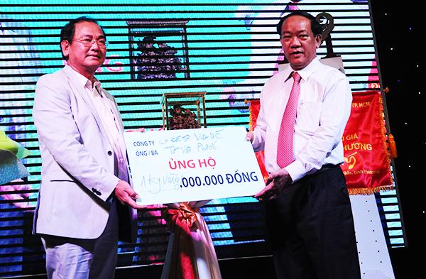 Doanh nhân Từ Văn Phước tặng tượng trương 1 kg vàng để ủng hộ xây dựng người nghèo ở quê nhà: MINH HẢI