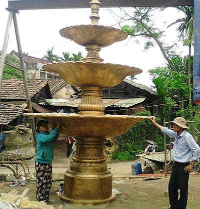Đài phun nước nghệ thuật do nghệ nhân làng đúc Phước Kiều thiết kế và chế tác. Ảnh: PHẠM LỘC