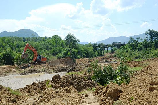 Vị trí lấy đất sét sát chân cầu Hố Lấm (thôn Hòa Hữu Tây, xã Đại Hồng, Đại Lộc) phục vụ cho chế biến vật liệu xây dựng hồi năm 2015. Ảnh:  TRẦN HỮU