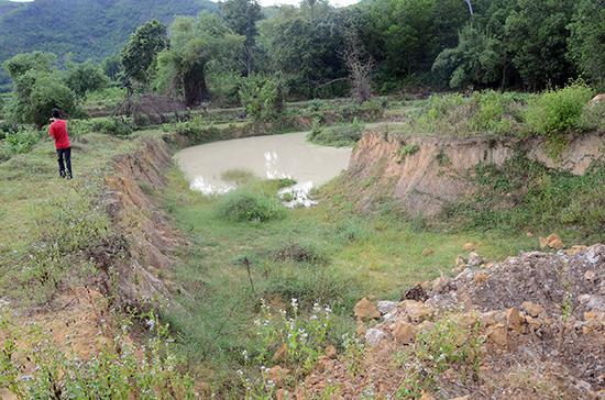 Một khu vực lấy đất để sản xuất vật liệu xây dựng tại xã Quế Hiệp (Quế Sơn) trước đây, gây nhiều hệ lụy cho môi trường. Ảnh:  TRẦN HỮU