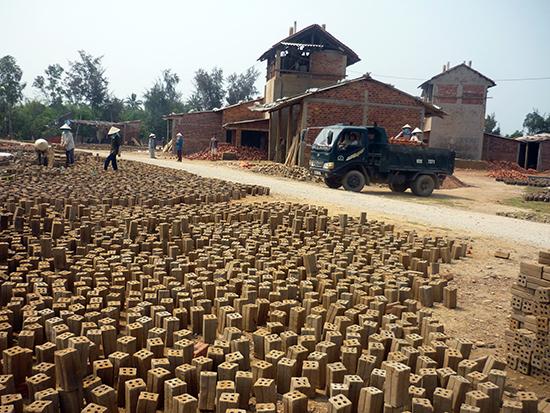 """Nguồn nguyên liệu đất sét hợp pháp đang là """"cơn khát"""" của nhiều cơ sở sản xuất gạch.  Ảnh:  TRẦN HỮU"""