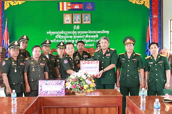 Trung tướng Nguyễn Long Cáng, Tư lệnh Quân khu 5 thăm, chúc tết, tặng quà Tỉnh ủy, UBND tỉnh Chămpasắk (Lào). Ảnh: XUÂN PHƯỚC