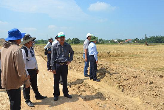 Cần minh bạch và giám sát kỹ nguồn đất dư thừa trong quá trình cải tạo đồng ruộng.  TRONG ẢNH: Đất sét dư thừa còn lại tại hiện trường ở cánh đồng của xã Điện Thắng Bắc. Ảnh: T.HỮU
