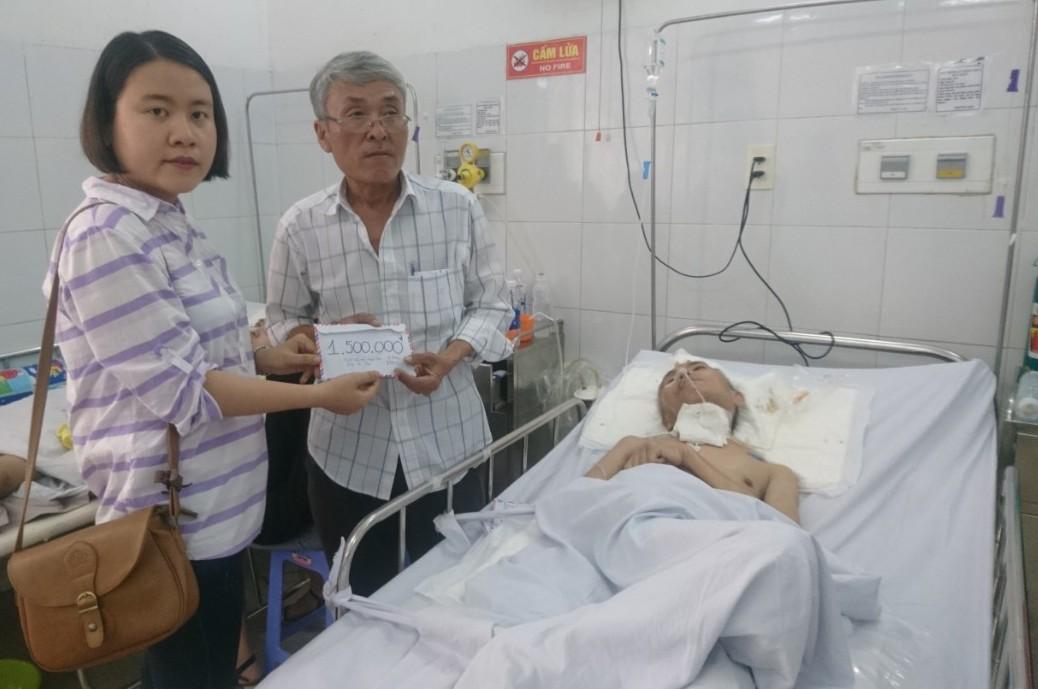 Ảnh 2: Trao tiền các nhà hảo tâm giúp ông Võ Như Tân (ảnh: Bình Nguyên)