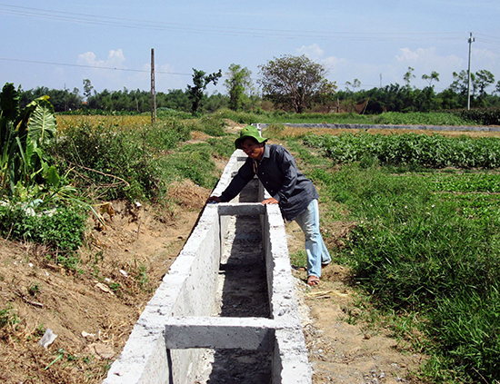 Nhiều địa phương đang khẩn trương bê tông hóa hệ thống kênh mương nhằm chủ động phục vụ sản xuất. Ảnh: VĂN SỰ