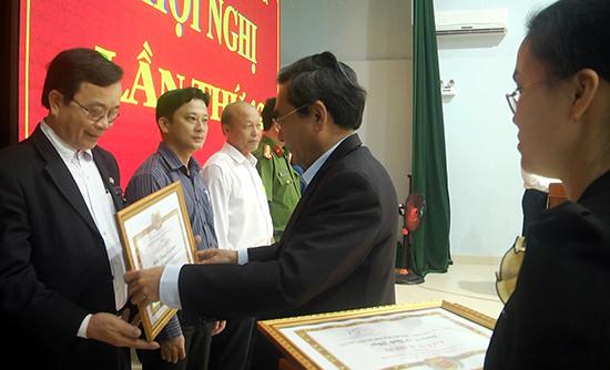 Ban Thường vụ Huyện ủy Thăng Bình khen thưởng các tập thể hoàn thành xuất sắc nhiệm vụ 5 năm liền. Ảnh: NGUYỄN ĐOAN