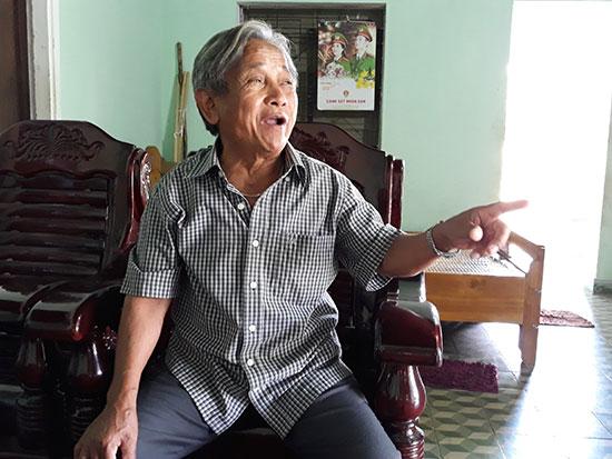 Ông Hồ Văn Nhun kể về chiến thắng Khâm Đức cách đây 50 năm. Ảnh: PHÚC DƯƠNG