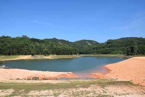 Hồ chưa nước Hố Lau chỉ tích được 50% nước. Ảnh; THANH THẮNG