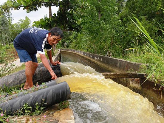 Việc xây dựng các đập bổi ngăn mặn sẽ đảm bảo nguồn nước ngọt cho nhiều trạm bơm ở hạ lưu sông Thu Bồn hoạt động ổn định. Ảnh: VĂN SỰ