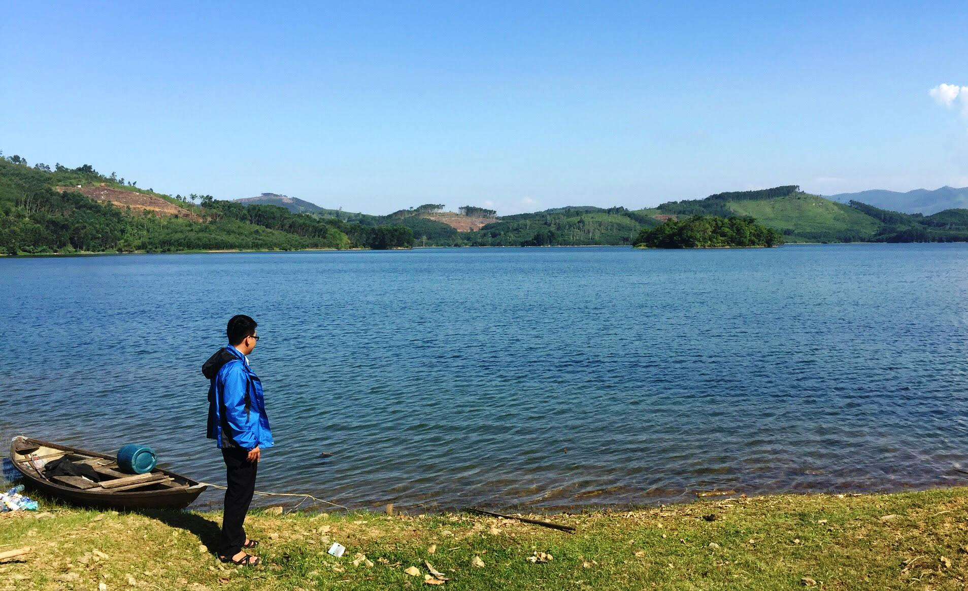 Dù lượng nước hiện tại ở các hồ đang ổn định nhưng vẫn gặp khó khăn khi trong công tác cung ứng nước tưới. Ảnh: PHAN VINH