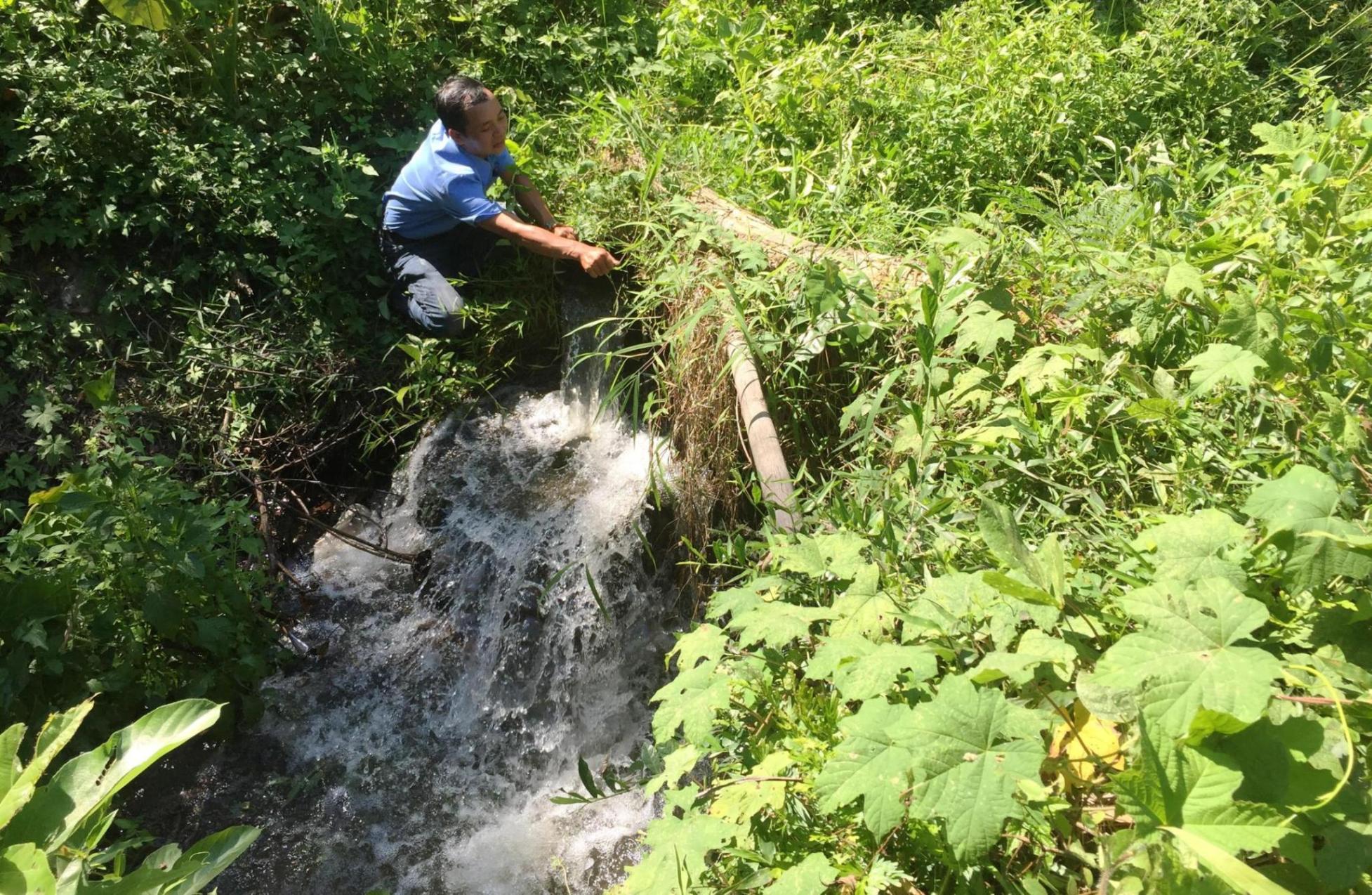 Dù lượng nước hiện tại ở các hồ đang ổn định nhưng vẫn gặp khó khăn khi trong công tác cung ứng nước tưới. Ảnh: PHAN VINHNhiều điểm trên đoạn kênh chính bị đục khoét khá to với đường kích gần 20cm.