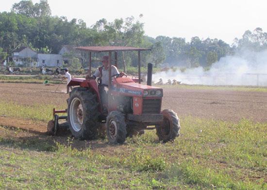Nông dân cày đất chuẩn bị sản xuất vụ hè thu. Ảnh: Văn Phin