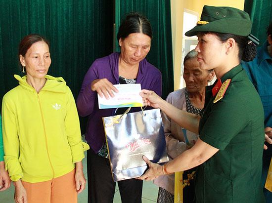 Phụ nữ Quân khu 5 trao quà cho các cháu học sinh vượt khó học giỏi ở đảo Lý Sơn. Ảnh: N.DIỆP