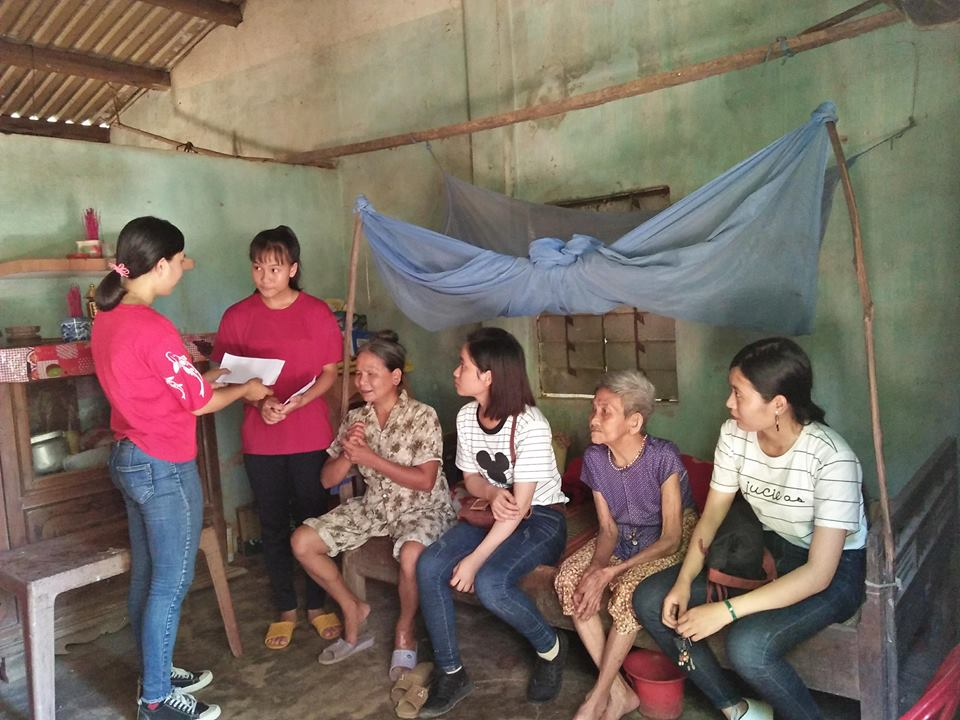 Trao tiền hỗ trợ em Hồ Thị Yến Linh. Ảnh: L.L.