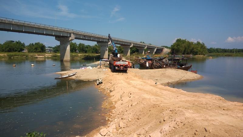 Chi nhánh thủy lợi Duy Xuyên tiến hành xây dựng đập ngăn mặn chính trên sông Thu Bồn vào sáng nay 23.5. Ảnh ĐOÀN ĐẠO