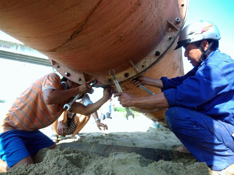 Tiến hành đặt cống lấy nước với 2 cửa để chủ động lấy nước ngọt phục vụ tưới tiêu. Ảnh: ĐOÀN ĐẠO