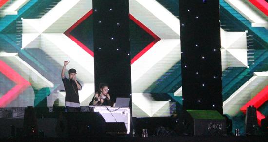Chương trình được mở màn sôi động với phần trình diễn của rapper và DJ. Ảnh: D.L