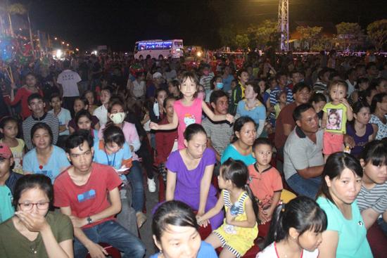 Khán giả đến xem đêm nghệ thuật rất đông. Ảnh: D.L