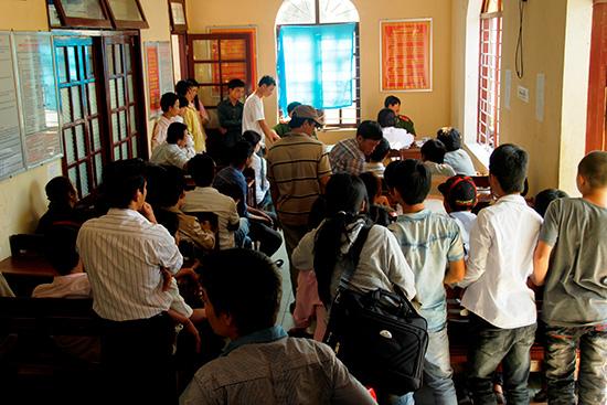 Nhiều người Quảng xa quê tranh thủ dịp cận tết đến xin làm thủ tục cấp đổi CMND. Ảnh: T.C