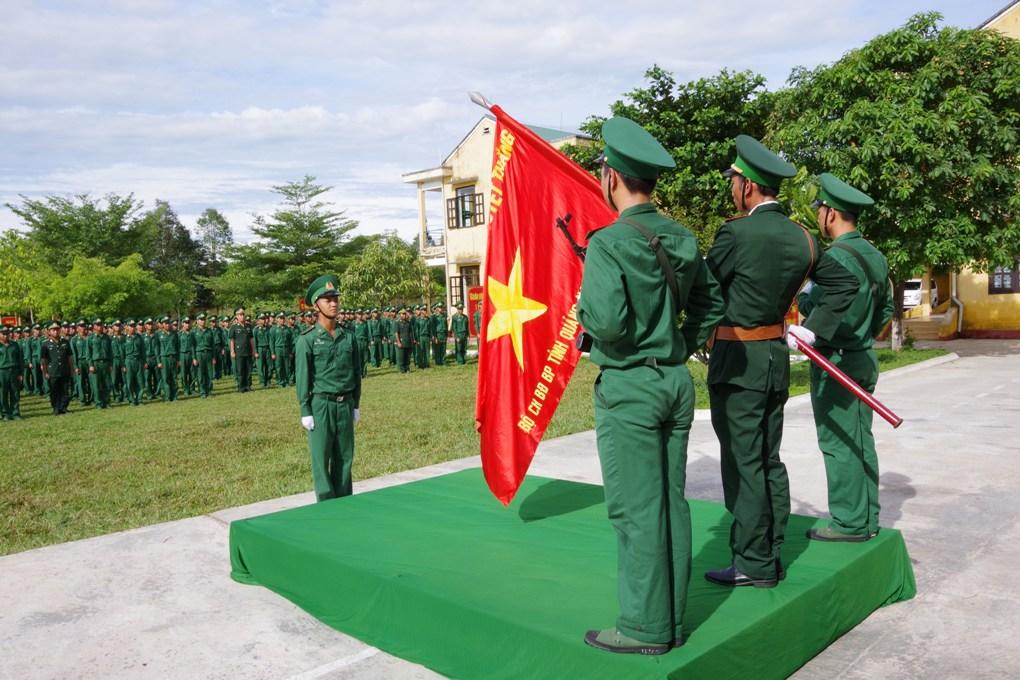 Chiến sĩ mới tuyên thệ trước quân kỳ HỒNG ANH