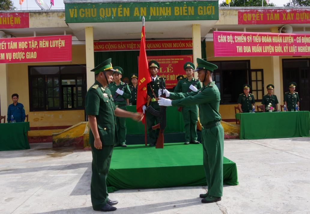 Nghi lễ trao súng cho chiến sĩ mới HỒNG ANH