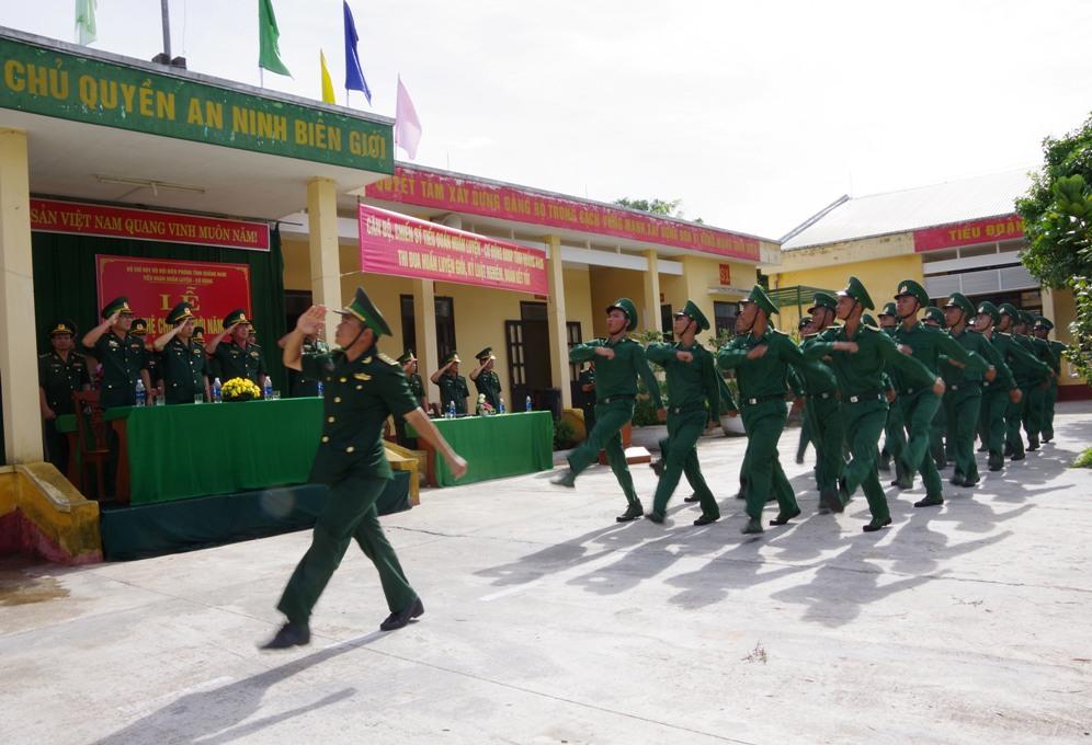 Các chiến sỹ mới duyệt đội ngũ tại lễ tuyên thệ HỒNG ANH
