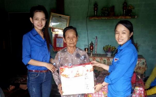 Chị Trinh (bên phải) luôn gắn trách nhiệm của mình với cộng đồng và là thanh niên gương mẫu tiêu biểu. Ảnh: VINH CHÂU