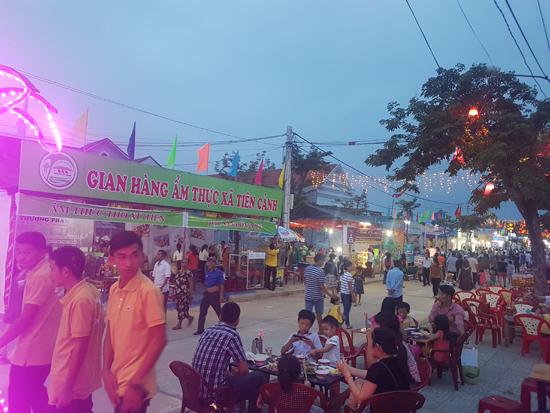 Đông đảo người dân và du khách đến với phiên chợ. Ảnh : D.L