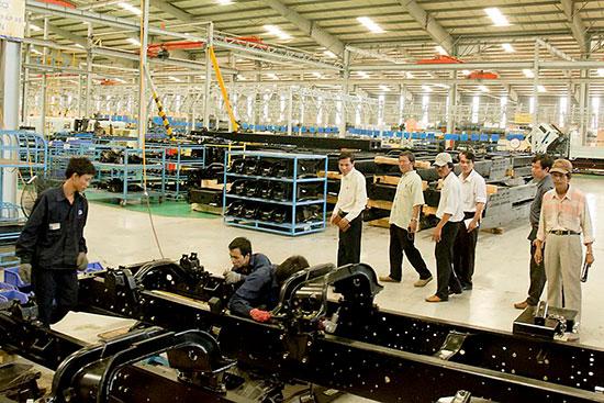 Tham quan một dây chuyền sản xuất ở Khu phức hợp sản xuất và lắp ráp ô tô Chu Lai - Trường Hải. Ảnh: B.A