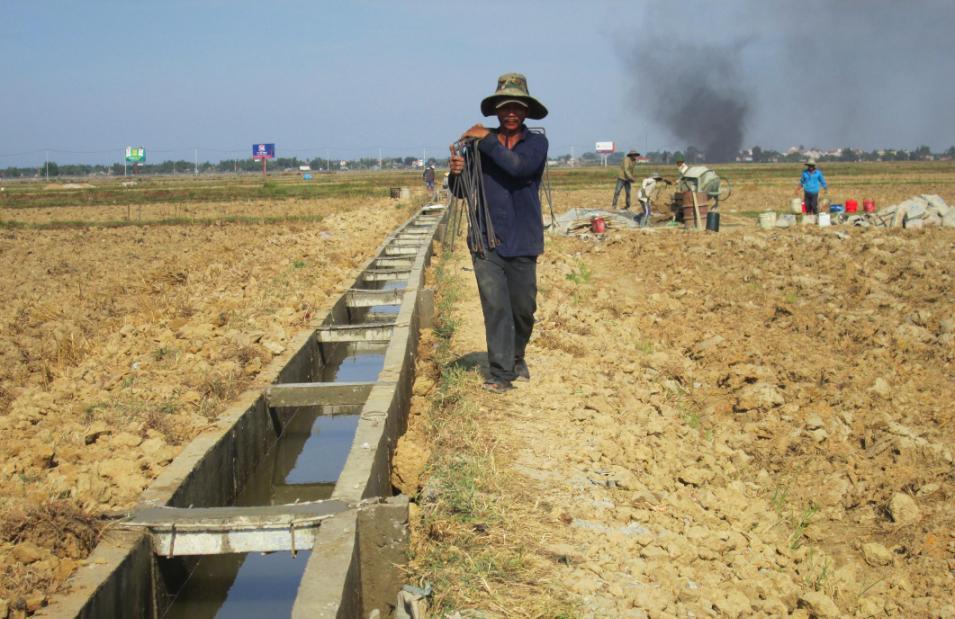 Kết cấu hạ tầng nông thôn tiếp tục được quan tâm đầu tư xây dựng. Ảnh: VĂN SỰ