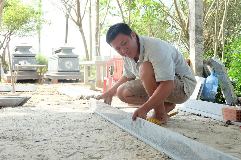 Anh Tuy tại cơ sở sản xuất đá granit của mình. Ảnh: M.L