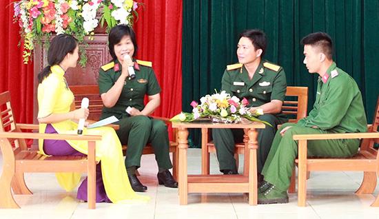 Tác giả (thứ 2, trái qua) trao đổi kinh nghiệm viết báo với bộ đội.