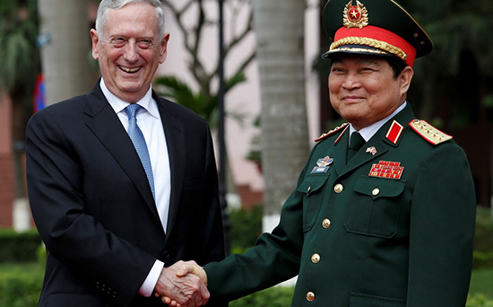 Bộ trưởng Quốc phòng Mỹ Mattis bắt tay với Bộ trưởng Quốc phòng Ngô Xuân Lịch trong lễ đón tại Hà Nội ngày 25.1. Ảnh: REUTERS