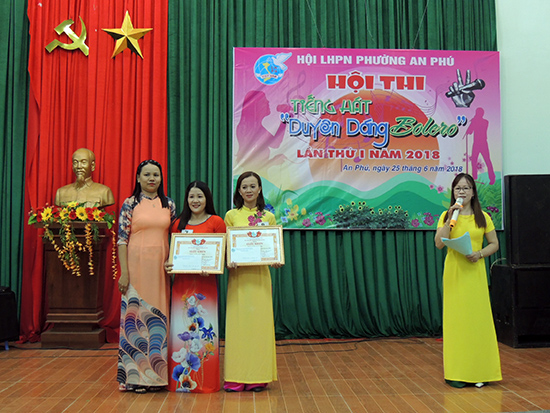 Hội Phụ nữ phường An Phú trao giải cho các tiết mục đoạt giải cao.