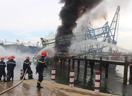Cán bộ chiến sĩ PC66 Công an tỉnh chữa cháy một vụ cháy tàu. Ảnh: X.MAI